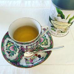 Chá verde perfumado com flores de jasmim. #diariodocha #teatime #teacup #tealover #ilovetea #instatea #cha #chazinho #horadocha #adorocha #chadodia #chaverde #teaforte