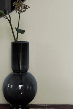 Røkelse FR1128, en stilfull, grå nyanse. Vi får assosiasjoner til duftene og røyken fra røkelsen. #grå#røkelse#grey#sort#vase#kvist#detaljer#tips#black#details#maling#painting#inspirasjon#inspiration#fargekart#fargerike Vase, Grey, Tips, Painting, Inspiration, Black, Home Decor, Gray, Biblical Inspiration