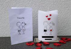 Hochzeitskerze  im gleichen Design wie das Kirchenheft des Bratpaares. Unten stehen die Namen und das Datum. Candles, Drinks, Wedding, Design, Candle, Newlyweds, Birthday, Crafting, Names