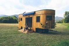 Ein Duo aus Österreich hat schickes Design mit dem Streben nach Selbstversorgung verbunden: Herausgekommen ist der Wohnwagon. Die mobile Behausung bietet zwar wenig Platz, aber viel Unabhängigkeit.