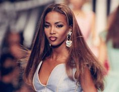 Naomi Campbell swipe to see some photos of her with Kate Moss Christy Turlington, Cindy Crawford, Linda Evangelista, Claudia Schiffer, Top Models, Kate Moss, Naomi Campbell 90s, African American Makeup, Gisele Bündchen