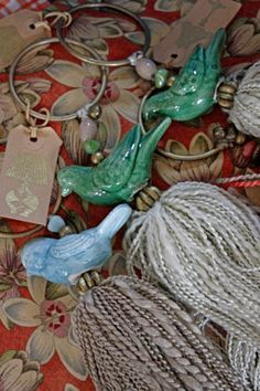 Borlas. Se pueden colgar de la llave de algun armario, de las cortinas, de la… Diy Craft Projects, Diy And Crafts, Arts And Crafts, How To Make Tassels, Diy Tassel, Decoupage Vintage, Passementerie, Little Birds, Diy Accessories
