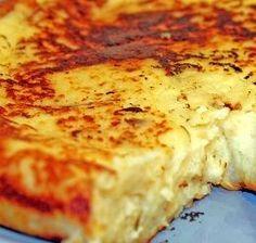 Bolo Purê de Batata com Queijo - Bolo salgado feito com purê de batata, requeijão cremoso e cream cheese; vai ao forno coberto com manteiga e queijo ralado...