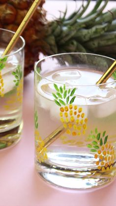 DIY Pineapple Tumblers for a cute DIY housewarming gift - Summer DIY Cute Diy, Cute Crafts, Diy And Crafts, Summer Diy, Summer Crafts, Diy Décoration, Easy Diy, Pineapple Tumbler, Pineapple Glasses