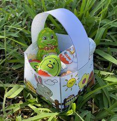 Bonjour à tous, Voici une nouvelle activité créative à réaliser pour Pâques : un petit panier à colorier puis à assembler pour récolter toutes les petites merveilles le jour de Pâques. Pour réaliser ce joli panier, il Easter Activities, Diy, Voici, Egg Hunt, Baby Easter Basket, Gift Ideas, D Day, Gaming, Bricolage