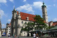 """Viktualienmarkt, Heiliggeistkirche Wahrscheinlich 1208 gründete Herzog Ludwig I. der Kelheimer ein Spital, direkt außerhalb der Stadtmauer vor dem Talburg-tor. Die romanische Kapelle, der Heiligen Katharina von Alexandrien geweiht. Erstmals erwähnt in dem Schutzbrief des Papstes Innozenz IV. von 1250 für das Spital als """"ecclesia sancti spiritus de Monacho"""", also Heilig-Geist-Kirche von München."""