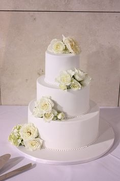 Classic white wedding cake with fresh florals, #white #wedding