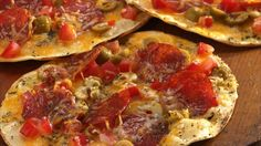 Grilled Crisp - Crust Pizzas: Pizza on the barbecue? It's easy, quick and delicious! Just build pizzas on tortillas and your family will be eating in just 6 minutes! These would be great with home made tortillas! Grilled Pizza Recipes, Grilling Recipes, Cooking Recipes, Traeger Recipes, Grilling Ideas, Entree Recipes, Tortilla Pizza, Tortilla Shells, Mexican Food Recipes