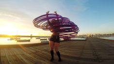 Straßenkünstlerin Coral Jade zeigt in Melbourne ihr Können mit Hula Hoop Reifen – doppelt schön