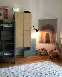 Kinderzimmer - genug Platz für alle Spielsachen - mit Hochbett und Wandteppich