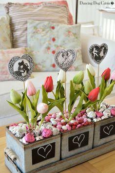 Centro de mesa con caramelos y flores para Amor y Amistad. #DecoracionAmorYAmistad