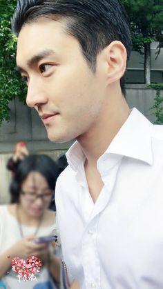 A pessoa que tirou essa foto é uma pessoa de sorte. Ficou pertinho assim do Siwon. Sonho ❤