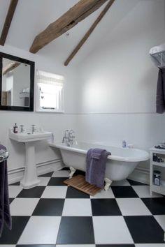 Des carrelages de salle de bains ultra originaux for Carrelage damier noir et blanc salle de bain