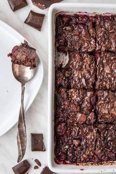 Pieczona owsianka czekoladowa z wiśniami (7 składników) - Wilkuchnia Good Food, Yummy Food, Tasty, Oatmeal Smoothies, Diy Food, Food Inspiration, Real Food Recipes, Breakfast Recipes, Food Porn
