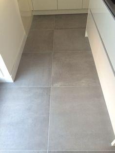 Keuken tegel? Polished Concrete Flooring, Grey Flooring, Kitchen Tiles, Kitchen Flooring, Küchen Design, House Design, Porch Tile, Happy New Home, Classic House