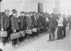 1914 Les nouveaux conscrits arrivent à la caserne de leur affection