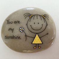 #artrocks #beachstone #crystalchild #cute #dåbsgave #girl #gul #happy #hobby…