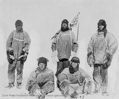 """Los miembros de la expedición británica el 17 de enero de 1912, al llegar segundos al Polo Sur. Un día antes el capitán Scott escribía en su diario """"Lo peor ha ocurrido (...). Los noruegos nos han adelantado. Mañana volveremos a la base."""" Evans sería el primero en caer; más tarde moriría Oates, con las piernas congeladas, que sacrificó su vida para que los demás pudieran seguir. Finalmente, Wilson, Bowers y Scott morirían juntos en la tienda de campaña, solo a 20 km de la base."""