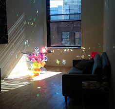 mesa con prismas brillantes