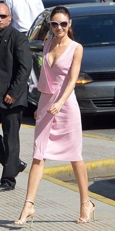 OLGA KURYLENKO    La conocimos como la chica Bond en Quantum of Solace. Ahora, con la promoción de su más reciente filme, Oblivion, con Tom Cruise, de seguro que la actriz ucrania pronto se convertirá en una de las favoritas en la alfombra. Muestra de esto es este lindo vestido color rosa con drapeado asimétrico de la colección Primavera 2013 de Christopher Kane, que combinó con gafas tipo ojos de gata en el mismo color y sandalias de tacón Manolo Blahnik en nude. Así la capta