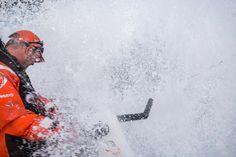 Volvo Ocean Race 2014-15 - Face à face avec le courant des Aiguilles La vie à bord n'est pas facile. La nuit a été compliquée pour l'ensemble de la flotte qui a du lutter contre le courant des Aiguilles. L'état de la mer a généré une navigation inconfortable. Impossible de cuisiner, avec les pots, les casseroles et les assiettes qui volaient partout à l'intérieur du bateau. Cela dit …