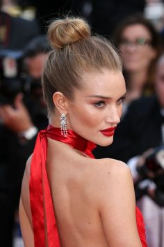 Top Knot styles Rosie Huntington Whitely-The glam top knot Now this is red carpet ready. We love how Rosie Huntington-Whiteley's sleek top knot pulls everything upwards to add to her already glamorous feline-like make-up. This proves that sometimes less is actually more.