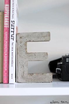 DIY Projects With Concrete - Concrete Monogram Bookends - Easy Home Decor and Cheap Crafts Made With Cement - Ideas for DIY Christmas Gifts, Outdoor Decorations projekte beton, Concrete Crafts, Concrete Art, Concrete Projects, Concrete Design, Decorative Concrete, Beton Diy, Ideias Diy, Easy Home Decor, Marimekko