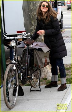Keri Russell: 'The Americans' Pilot Stills Released!: Photo Keri Russell walks to the set of her new series The Americans on Thursday (January in New York City. Bicycle Women, Bicycle Girl, Cycle Chic, Keri Russell Style, Female Cyclist, Retro Stil, Bike Style, Lady Biker, Autumn Winter Fashion