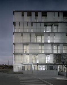Galeria de Edifício 30 Residências Plurifamiliares / Narch - 4