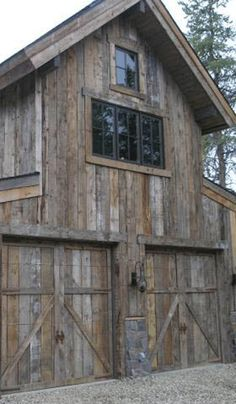 Modern Exterior Paint Colors For Houses My all time favorite barn-not to fussy. Love the relaxed timeworn feel!My all time favorite barn-not to fussy. Love the relaxed timeworn feel! Country Barns, Old Barns, Small Barns, Horse Barns, Country Life, Rustic Barn, Barn Wood, Garage Doors Prices, Barn Garage