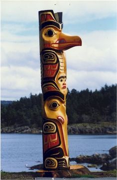 """Totem poles were first made by the West Coast First Peoples. The first totem pole was named Kalakuyuwish, translated as, """"the pole that holds up the sky"""", and was said to be a gift from Raven. American Indian Art, Native American Indians, American Crafts, Art Haïda, Native American Totem Poles, Totem Pole Art, Art Inuit, Dragons, Haida Art"""