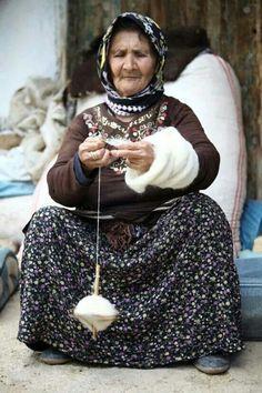 Ip egiriyor Spinning Wool, Spinning Wheels, Hand Spinning, Turkey Culture, Fourth World, Working People, Belleza Natural, Women Life, People Around The World