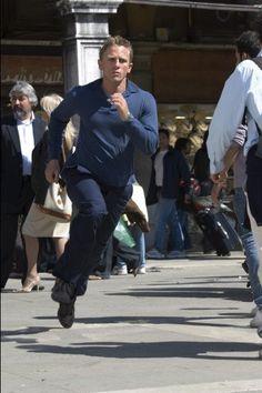 Daniel Craig as James Bond in 'Casino Royale'. Daniel Craig James Bond, Casino Royale, Style James Bond, New James Bond, Film Casino, Martin Campbell, Daniel Graig, Best Bond, Sean Connery