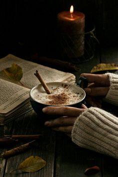 Hygge = Hot Chocolate and a good book Momento Cafe, Chocolate Cafe, Pause Café, Homemade Spices, Autumn Cozy, Autumn Fall, Autumn Coffee, Hello Autumn, Autumn Tea
