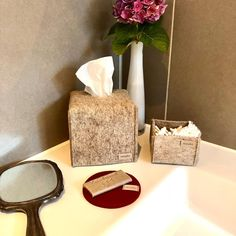 Wusstet ihr schon, dass heute der Internationale Hände-Waschtag ist?  Bei uns dürfen die manufra Seifenablagen natürlich nicht fehlen.  Womit wascht ihr euch am liebsten die Hände? Flüssigseife oder Seifenstück?  #manufra #händewaschtag #seifenablagen #bathroomdesign #wollfilz #nachhaltigkeit #handmade #madeingermany #ökologisch #seifenunterlage #Seife Vase, Home Decor, Sustainability, Felting, Home Decor Accessories, Handarbeit, Decoration Home, Room Decor, Jars