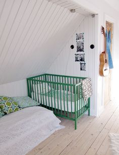 green white bedroom kids children space room rental friendly on #decokidsnco.over-blog.com chambre d'enfant blanche vert émeraude emerald green