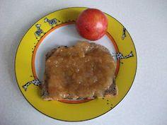 Selbstgemachte Pflaumen-Birnen-Marmelade auf Brot zum Frühstück bei der veganen Ratte