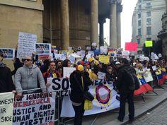 Venezolanos en Londres se concentraron a las afueras de la BBC para luego dirigirse a la embajada de Venezuela en el Reino Unido | @vigumon