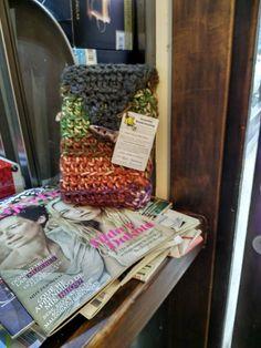 Esta funda con su libro también de Urban Knitting Logroño UKÑ, me están entrando unas ganas locas de ir a #logroño el proximo #diadellibro, bueno, en realidad, cualquier día del año, pero ir y encontrar uno de estos libros ya sería la pera :) #granniesbookcrossing