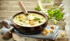 En lækker suppe til kolde dage - og så er den ovenikøbet nem at lave! Cheeseburger Chowder, Soup Recipes, Den, Supper, Journal, Food, Dressings, Sauces, Potato Soup