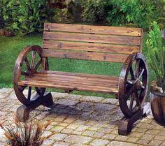 Raklapokból és elhajigált szekérkerékből kényelmes kerti bútor készíthető. Időigényesebb feladat, és kell hozzá egy kis kézügyesség is, de megéri a fáradtságot. Költeni legfeljebb a fapácra és festékre kell.
