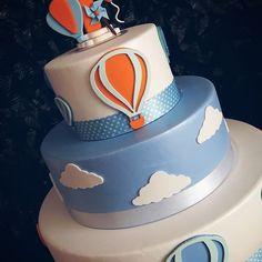 Mais detalhes do primeiro aninho do Pedrinho #festabalao #festapipa #festacatavento #devoracaoinfantil #decoracaodefesta #decorart #festar #festainfantil #arranjodemesa #aranjosflorais #bolofake #mesaprovençal #locacaodemoveis #itensdefesta #locacaçaoprovençal #personalizados #festapersonalizada #pipabalaoecatavento #aniversário Balloon Birthday Themes, Decoracion Baby Shower Niña, Cake Decorating For Beginners, Balloon Cake, Bolo Fake, Baby Boy Shower, Gabriel, Party, Kite Party