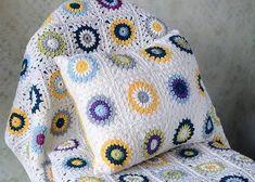 yuvarlak çiçek desenli beyaz örgü koltuk örtüsü ve yastığı