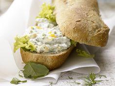 Quark-Eier-Baguette - smarter - mit Frankfurter Kräutermischung - smarter - Kalorien: 357 Kcal - Zeit: 20 Min.   eatsmarter.de #eatsmarter #rezept #rezepte #ei #eier #eiweiss #eigelb #huehn #huehnchen #herzhaft #fruehstueck #mittagessen #abendbrot #brot #quark #baguette