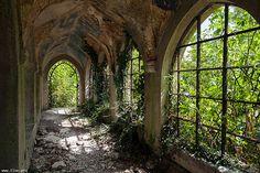 Château des Trois Colonnes by Iloé on Flickr.