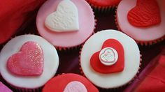 Dedichiamo dei Cupcakes speciali alla Festa della mamma, con un trionfo di fiori, rose e cuori. Dolcissimi e colorati i Cupcakes per la festa della mamma sono un altro modo per dire 'mamma ti voglio bene'.