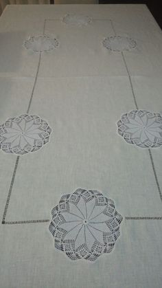 This Pin was discovered by Nej Table Accessories, Wedding Napkins, Filet Crochet, Table Covers, Doilies, Table Runners, Embroidery Stitches, Needlepoint, Burlap