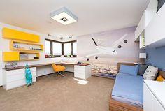 Dominantou chlapeckého pokoje je fototapeta s letadlem. Postel s polohovacím roštem poskytuje pohodlné a zdravé spaní, rohový psací stůl nabízí prostor pro práci i pro hru. Předností pokoje je velký a nezastavěný prostor.