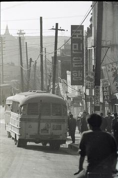 1966 Seoul by Stephen Dreher. Old Pictures, Old Photos, Vintage Photos, Korean Photo, Korean People, Wide World, Seoul Korea, Signage Design, Historical Images