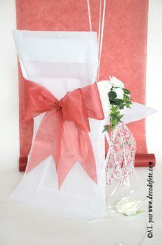 Une housse de chaise blanche http://www.decodefete.com/housses-chaise-blanc-p-3749.html habillée d'un nœud de couleur bordeaux http://www.decodefete.com/noeuds-pour-housse-chaise-bordeaux-p-3759.html #fete #chaise #anniversaire #mariage #noeud